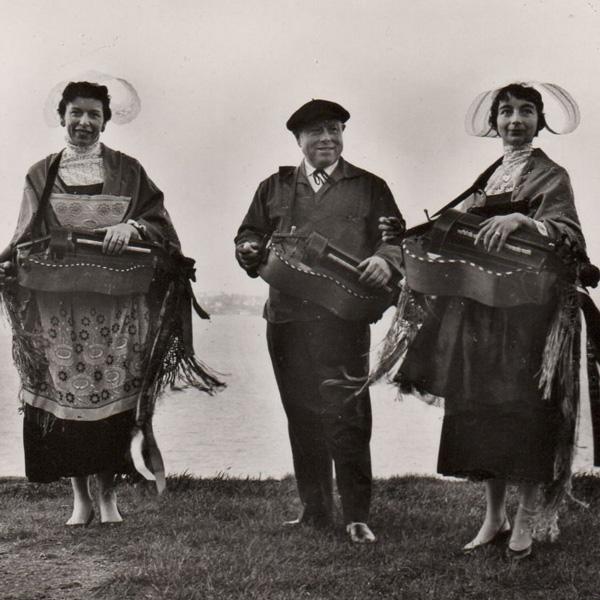 Le Cercle celtique d'Erquy. De gauche à droite : Janig Petton, A. Cardin et Mona Amailland.